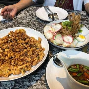 📍 : kayu-kayu restaurant 🍱 : Tahu telur + ketoprak +teh tawar 💴: 120.000++ Taste: 9/10 Price :8/10 ................... ................... Disini makanan nya khas indonesia .. rasa gak kalah sama yang lain ... mimin cobain tahu telur ny wueenakk ... kemarin2 pesan soto , soto ny jg lumayan . Sayang salad nya katanya sudah ditiadakan .. Tempat nya gak kalah enak , untuk yang suka foto2,recomend bngt untuk kesini ... next mimin mau keisni lagi ahh... #foodphotography #jktfoodhunting #eatbosssurabaya #foodjkt #foodblogger #food #longdistancerelationship #ldr #jakartafoodies #ayamkampungsurabaya #ayamsurabaya #kulinersurabaya #jakartainfood #exploresolo #tangerangkota #tangerangfood #tangerangfoodstory #jakartafooddestination #kuliner #kulinerbandung #jktfoodbang #kulinersolo #jktfooddestinations #surabayafood #surabayafoodies #kulinersurabaya #tummybuddy #kayukayurestaurant #alamsutra