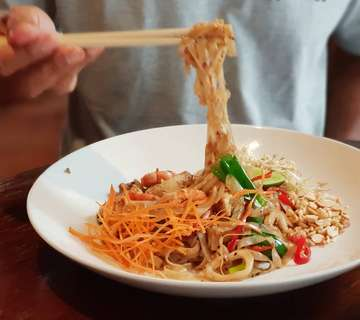 Sweet Savory plate 👉 #PADTHAI  Don't forget to squeeze some lime & stir in those chopped peanuts would certainly elevate the overal taste . . #tutmakwarungkopi @tutmakwarungkopi . . Ph. (0361) 975754  #ubudholiday #vegetarian #thaistreetfood #balieatplaces #exploreubud #ubudrestaurants #balieats #balifoodies #ubudfood #balilife #kulinerbali #makanenak