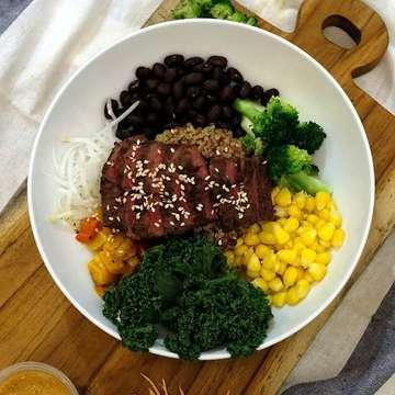 Hallo UrbanFriends,  Bagi UrbanFriends yang sudah menjalankan gaya hidup sehat, makanan seperti Salad Bowl pastinya sudah ada di menu. Namun sekalipun Salad Bowl sehat dan kaya serat, bagi mereka yang juga melatih otot, hanya makanan yang rendah kalori dan kaya serat tidak cukup.  Salah satu nutrisi yang penting dalam membentuk otot adalah protein. Nah, bagi UrbanFriends yang juga memerlukan protein yang cukup dalam asupannya, SaladStop! kini mempersembahkan kategori baru di dalam menunya, yaitu Warm Protein Bowls. Menu terbaru Warm Protein Bowls terdiri dari 3 pilihan. Pertama, Rodeo Drive dengan 26,5 gr protein dari beef sirloin steak. Kedua, Mighty Miso dengan sous-vide miso chicken sebagai pilihan proteinnya sebanyak 20,2 gr per porsi. Ketiga, Upstream yang kandungan proteinnya sebanyak 30 gr per porsi tersaji di dalam sous-vide salmon.  So UrbanFriends, instead of a protein shake get your Warm Protein Bowl!  Warm Protein Bowls tersedia di seluruh gerai SaladStop! yang berlokasi di Grand Indonesia, Pacific Place Mali, Plaza Indonesia, Senayan City, Bursa Efek Indonesia dan World Trade Center, Sudirman. Layanan pesan antar tersedia pula melalui aplikasi Go-Food dan GrabFood.  #VRBNMDNSS #UrbanFriends #Saladstop #SaladBowl #HealthyBowl #Protein #ProteinLoading #Gym #Fitness #HealthyFood #Bowl #Food #eatwideawake #eatforplanet #trustfoodagain @saladstopid