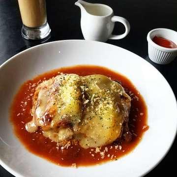Menghilangkan bete di siang hari dengan beef lasagna and iced caramel latte @meatmeshop 😥😥😥 . . . #lasagna #beeflasagna #caramellatte #icedcaramellatte #meatme #meatmecafe #meatmesteakhouse #brunch #lunch #jakartafood #jktfood #jktinstafood #foodie #foodporn #foodpic #foodlover #foodstagram #foodgallery #foodgram #foodiegram #foodielife #foodaddict #instafood #instapics #instaeats #instayummy #jakartaculinary #foodplace #hangoutplace #doyanmakan