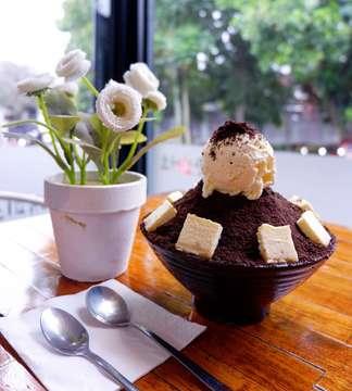 17 Maret 2019  Bingsu nya @happysnowbingsu terbaik sich, es nya lembut banget, masuk ke mulut langsung leleh. Buat pencinta bingsu wajib coba 👍 Bisa sharing untuk 3-4 orang 😉 . Happy Snow 📱@happysnowbingsu 📍Jl. Ariajipang No. 1-2-3 Bandung Inframe : 🔹Oreo Cheesecake Snow Bingsu 💰 55.000++ Taste : 8.5/10 . . #food #foodie #foodlovers #foodstagram #instafood #dessert #bingsu #koreandessert #happysnowbingsu #infokulinerbandung #kulinerbandung #bandungeatery #bandungfoodies #bdgsociety #duniakulinerbdg #nakamajem #kemanamanamakan #letsgoeatall #foodnotebdg #mrfoodjournal #eatoutbdg #makanpakereceh #kulinerakut #dailyculinarybdg #foodiarybdg #foodgallerybdg #vanchanfoodjournal