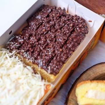 Oleh-oleh Jogja yang belakangan lagi ngeHITZ nih dab: Mini Ogura sama Ogura Cake dari @omaopa_cakery yang nagih banget! Ada 3 varian rasa yaitu Coklat, Durian, sama Cheese❤️ . Cakenya lembut banget dan porsinya pas buat cemal-cemil kalap,, varian coklat sama durian nya enak banget ini sih Selain mini ogura tersedia juga ogura cake yang bisa kalian mix topping nya, best seller nya sendiri tiramissu cheese, matcha cheese ama ovomaltine🤤💦 . Harga: -Mini Ogura Rp 50.000/box Filling Cheese, Chocolate, Durian, -Ogura Cheese Topping 1/2 Cheese + 1/2 Crispy Choco Rp 48.000 . 💰25-65k 🏠Oma Opa Cakery (@omaopa_cakery) ♨️Plaza Ambarukmo Lantai LG (Depan Carrefour) ♨️Hartono Mall Jogja Lantai LG (Depan Informa) ♨️Jogja City Mall Lantai 2 (Depan Food Garden) ♨️Malioboro Mall Lantai LG (Depan Hero) ♨️Rumah Produksi : Pogung Baru Blok F no 3 ⏱10:00~22:00 , ☎️081 223 860 200 (WA) #voilajogja