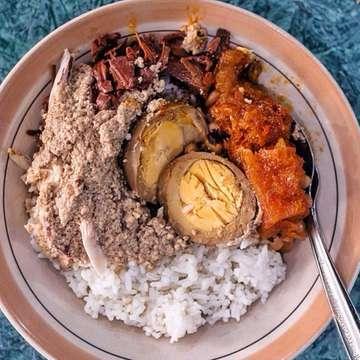 Telor Gudeg paling PERFECT!! Kuah Arehnya menurut ane juga terbaik deh Gudeg Song Djie ini,, tastenya gurih ga kaya gudeg-gudeg lain di Jogja🥰 . Kebanyakan pada taunya Song Djie itu nama cina dari owner warung gudeg ini,, padahal Song Djie itu adalah singkatan dari koSong siDjie alias Kosong Satu😎 . 📸by @streetfoodstories 🏠Gudeg Song Djie Bu Atmo ♨️Jln Kyai Mojo No 104 (dari arah Tugu, kanan jalan sebelum Mirota Godean) Yogyakarta ⏱07:00-21:00 #voilajogja