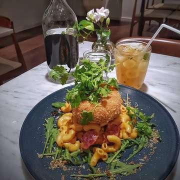 Mac & Cheese Burger @plunge.jkt #dinner #foodphotography #foodporn #foods #foodie #foodgasm #foodstagram #foodblogger #foodies #food #jakartafood #jakartafoodies #jakarta