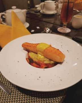 Norwegian Salmon Aioli Sauce 📍: Oakroom Restaurant & Bar 💰: 195k 🔎: Seared Norwegian salmon fillet + ratatouille + mashed potatoes
