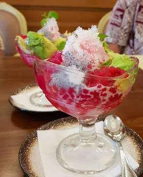 🍧ES CAMPUR🍧A classic indonesian shaved ice dessert doused in all the syrup and toppings, perfect for the 31°c weather 🌞