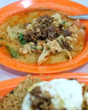 Malam2 gini enaknya isi perut dengan beginian.. . Nasi goreng semalam suntuk topping daging sapi dan telur mata sapi.. Jangan lupa pesan 1 porsi capcai nya biar makin endesss.. . . 🏠 : Nasi Goreng Semalam Suntuk 📍 : jl. B Katamso, Medan ⏲ : 18.00 - 00.00 WIB ✔ : Halal . #fujifilm #xt10 #terfujilah #swreview #foodphotography #foodpics #foodgram #food #photograph #foodtography #f52grams #makanmana #kulinermedan #kulinerkoko #medanfoodlicious #thehungryeyes #destinasijajan #dietmulaibesok #laperbaper #jktfoodbang #jktfooddestination #videomasak #wowkuliner #9gagnomnom #life4eat #eatinc #eatincmedan #halal