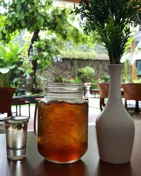 The ambience . . . #ambience #green #leaf #tree #restautant #foodporn #foodgasm #foodblogger #foodstagram #foodie #foodyid #foodlover #eatandtreats #food #instafood #pasta #pizza #banana #tea #italianfood #igers #instagram #photo #samsung #samsungs8 #camera #monday #latepost