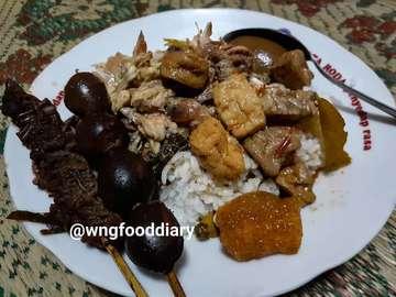Kuliner malam hari guys, rekomendasi buat yang abis nonton end game malem malem trus laper, ini nih gudeg ibukota yang legit banget. Pilihan lauk dan sate-sateannya komplit, dan gudegnya ga manis banget kaya gudeg jogja kebanyakan. • #indonesia #kulinerwonogiri #solofoodgram #kulinersolo #makanterus #kuliner #wisatakuliner #foodiecharts #kulinertradisional #pictureoftheday #kulinerlezat #indonesianfood #foodporn #thediscoverer #traditionalfood #foodlover #makanmakan #foodnetwork #delicious #eatingdisorder #foodlover #culinary #enak #murah #foodgasm #deliciousfood #foodgram #solotravel #foodblogger #foodiecharts #halal #viralindonesia