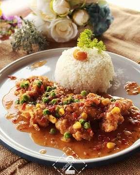. Hari ini ajak temen-temen cobain menu baru yang bertemakan Asian Delight di @reunionhouse yuk !  Di menu Asian Delight ini , kalian bisa menikmati beberapa menu seperti Chicken Thai, Prawn Fried Rice , Beef Blackpepper,dll. Apalagi harganya mulai dari 35ribu aja loh.  Ditambah lagi suka banget sama tempatnya yang bisa liat view kota Bandung. .. @reunionhouse 📍Jl. Setiabudi no 45 lt 4 Bandung .. #worth2visit #selerakita #reunionhouse #asiandelight #food #buzzfeedfood #instafood #igfood #makanenak #like4like #foodporn #l4l #foodlovers #makan #foodpic #kulinerbdg #foodnetwork #infomakan #infokuliner #makanmakan #makanbandung #kulinerbandung #kuliner #beautifulcuisines #doyanmakan #f52gram #feedyoursoul