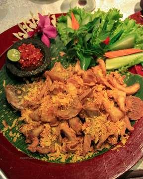 [REKOMENDASI BUKA PUASA!!] . Gak kerasa udah Ramadhan nih foodies! Kita mau kasih rekomendasi tempat buat buka puasa nih yang pasti nya enak dan ngenyangin banget yaitu @lara_djonggrang . Untuk menu nya ada Rendang, Ayam Bakar, Ikan Gurame dan masih banyak lagi. Menu favorit kita yaitu Rendang nya, bumbu nya bener-bener tradisional banget dan daging nya empuk banget dan ada potongan kentang yang crispy. Konon katanya Rendang nya juga salah satu favorit nya Pak Presiden Jokowi kalo mampir kesini . Untuk tempat nya juga unik-unik banget ruangan nya, ornamen-ornamen yang ada disini masih bener-bener asli loh. Kalo kalian kesini kalian pasti diajak muter-muter, asik bgt ya! . . . #jktfoodies #jktfoodbang #tajil #ramadhan #menubukapuasa #jktfoodblogger #jktfoodbang #worthyourvisit #jakartafoodies #foodiesjakarta #foodiesjkt