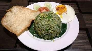 Yuk makan siang di daerah Tj Duren Jakarta Barat! Coba cafe The Bailey's and Chloe. Gembul coba nasi siram salmon dgn harga 30k dan green fried rice 25k. Dua duanya enak! Tapi paling recommended green fried ricenya sih. 7.5/10 rating untuk nasi siram salmon dan 9/10 utk green fried ricenya dari gembul. Oh iya gembul coba jg dessert fritte deh, 6/10 lah soalnya menurut gembul kurang menyatu dengan toppingnya yg sangat banyak itu. Overall utk makanan, service, harga dan tempat 8/10 lah. Wajib coba buat nongkrong jg oke 😜