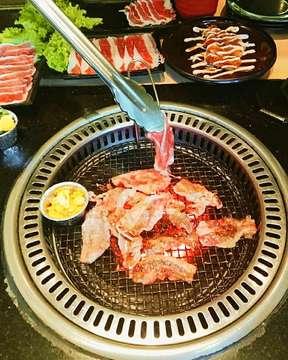 Marhaban Ya Ramadhan🙏. Happy bgt saat review makanan enak di :  @sumeragi_izakaya  @sumeragi_izakaya  @sumeragi_izakaya  Sudah mau puasa lagi. Udah punya planning mau bukber kemana? Aku rekomendasikan nih tempat yang cocok buat ajak keluarga, teman, atau pasangan. Only 99K/person get all you can eat🍖. Don't worry, in this place HALAL for you. Have fun! 💃 #food #foods #foodstreet #allyoucaneat #sumeragi #sumeragiizakaya #lunch #dinner #fasting #review #restaurant #foodsvlogs #explorecafebandung #explorer #explorebandung #cafebandungmurah #restoranbandung #restorandibandung #shabushabu #yakiniku