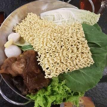 Fire pot merupakan tempat makan shabu-shabu yang lengkap banget nih pilihannya, dari mulai daging, seafood, pangsit dan makanan berat lainnya 😆 . Jadi saya pesan set sapi special, nasi hainam dan es teh manis. Untuk set sapi specialnya saya menggunakan 2 soup, soup tom yum dan sze chuan. Tapi kalau kalian pesan set sebenernya cuma bisa pilih 1 soup, jadi kalo mau nambah soup bayar 25/soup . 📍Fire Pot, PIK.  From scale (1-5) Food & Bev (4 / 5) Service (4 / 5) Ambience (4 / 5) Price (4 / 5)  Review lengkap ada di @zomato Link in bio!  #zomato #zomatoindonesia #food #foodporn #foodie #makanan #reviewfood #firepot #makan #foodgram #foodgasm #kuliner #foodblogger #tangerang #pantaiindahkapuk #jakartafoodies #foodintangerang #firepotpikavenue #shabushabu #firepotpik #firepotindonesia #pikavenue #chinesefood #szechuan #tomyam #pikavenue #seafood #foodies #yummefar