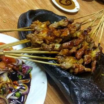 SATE - Pokoknya, hari ini edisi tusuk menusuk, dah. Mari makaaaan!! Lanjut 🍺🍺🍺 #satekambing #tusuk #kambing #kulinernusantara #indonesianculinary #eat #bandungnightlife
